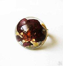 Prstene - Handmade živicový prsteň s bordovým kvetom - 8636693_