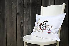 Úžitkový textil - Obliečka na vankúš s ručne vyšívaným vzorom - 8634348_