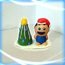 Dekorácie - Striebro modrý vianočný stromček a tlstý vychechtaný chlapec - 8641875_