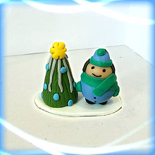 Dekorácie - Striebro modrý vianočný stromček a tlstý chlapec - 8641876_