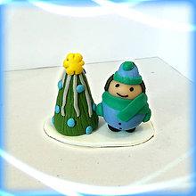 Dekorácie - Striebro modrý vianočný stromček +  (guľatý chlapec) - 8641876_
