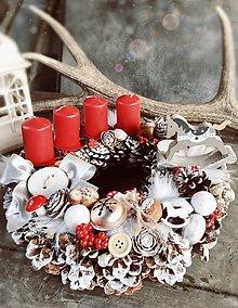 Dekorácie - Adventný veniec hojdací koník červený - 8644157_
