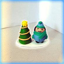 Dekorácie - Zlatý vianočný stromček a tlstý chlapec - 8644908_