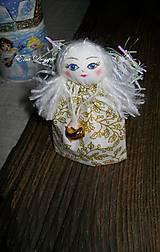 Dekorácie - vianočné ozdoby - anjelik bielo zlatý cesmínový - 8648447_