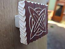 Dekorácie - Drevená nábytková úchytka, ručne tesaná, s rezbou - typ 9 - 8655653_