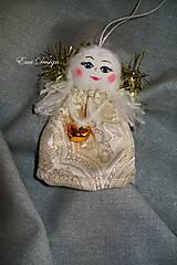 Dekorácie - vianočné ozdoby - anjelik bielo zlatý brokátový s rolničkou - 8658923_