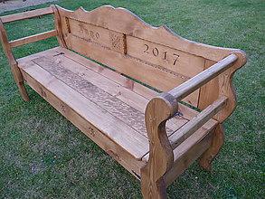 Nábytok - Rustikálna drevená lavica s úložným priestorom, s rezbou - 8663449_