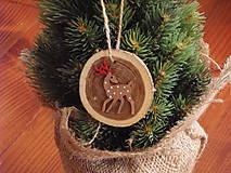 - Drevené ozdoby na stromček s jelenčekom - 8664281_