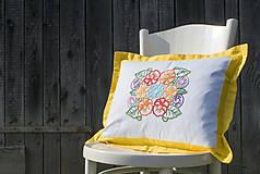 Úžitkový textil - Obliečka na vankúš s ručne vyšívaným vzorom - 8667935_