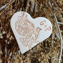 Darčeky pre svadobčanov - Keramické srdiečka s iniciálami - Holubica - 8676856_