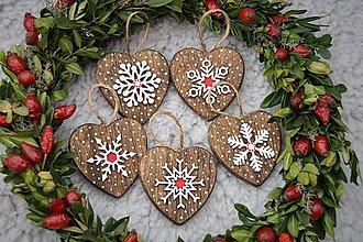 Dekorácie - Drevené vianočné srdiečka s vločkami - 8675282_