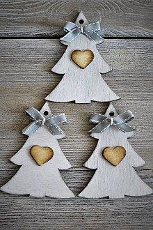 Dekorácie - Biely stromček s dreveným srdiečkom - 8676732_
