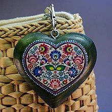 Iné šperky - Drevený prívesok na kabelku – zelené srdce s folkovým motívom - 8681110_