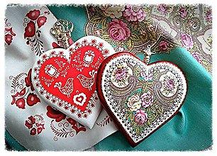 Iné šperky - Drevený prívesok na kabelku – Folk motív srdce - 8681380_