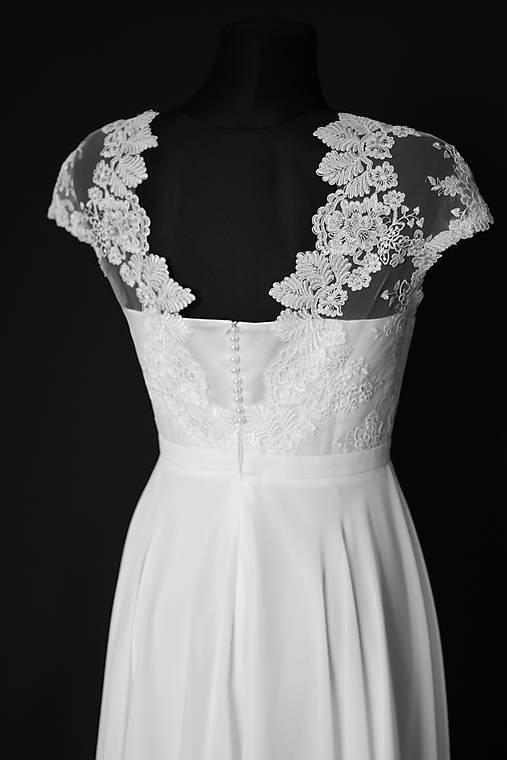 Svadobné šaty z tylovej krajky s gombíkmi na korzete   Dyona - SAShE ... 1de839ad419