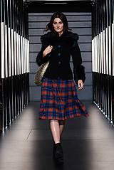 Čierny vlnený kabátik s modrou kožušinou (na objednávku)