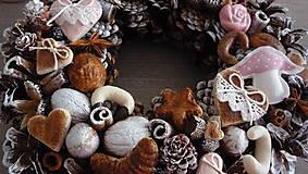 Dekorácie - Vianočný veniec - koláčiky, pralinky - 8683548_