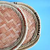 Nádoby - Kruhový pletený podnos z palmových listov - 8692187_