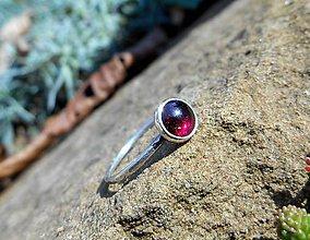 Prstene - Strieborný Prsteň s Granátom - 8693157_