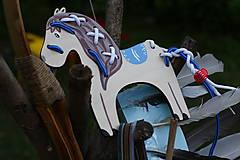 Prevliekacia hračka koník prírodný (modré sedlo)