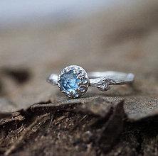 Prstene - Vetvičkový prsteň strieborný s modrým topazom - 8700176_