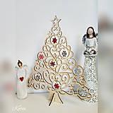 Drevený vianočný stromček s ozdobami bielo-červený