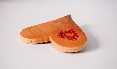 Odznaky/Brošne - Spona, alebo brošňa - Srdiečko vyšívané do smutnej vŕby - 8707632_