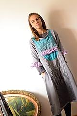 VIANOČNÉ HROZIENKA - šedé bavlnené šaty s tyrkysovo-fialovou aplikáciou.