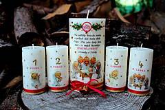 Adventné sviečky spolu s hlavnou väčšou vianočnou sviecou