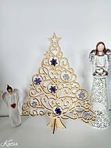 Drevený vianočný stromček s ozdobami fialovo-biely