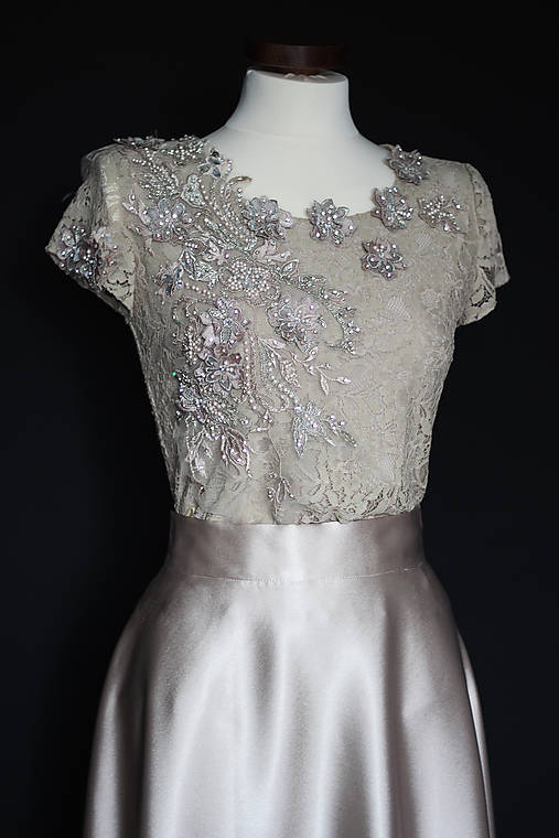 Spoločenské šaty s krajkovým živôtikom vyšívaným korálkami rôzne farby