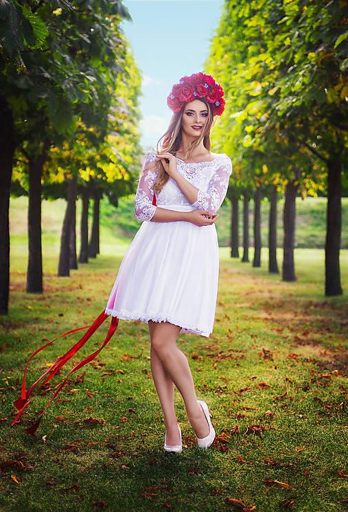 Krátke tylové svadobné šaty s trištvrťovým rukávom
