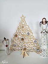 Drevený vianočný stromček s ozdobami bielo-žltý