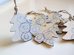 Dekorácie - Drevená vianočná ozdoba stromček modrý - 8735861_