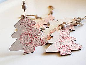 Dekorácie - Drevená vianočná ozdoba stromček červený - 8735866_