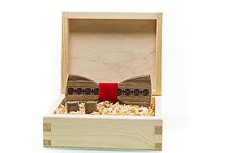 Doplnky - Gravírovaný drevený motýlik - 8737470_