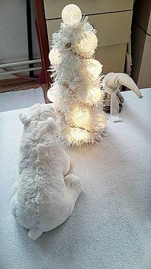Socha - svetelný veľký vianočný stromček v bielom - 8742485_