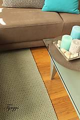 Svetlosivý koberec.