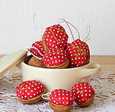 Dekorácie - Vianočná dekorácia / oriešky (Červená bodka malá) - 8751348_