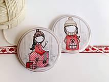 Odznaky/Brošne - Len ja a môj svet - vianočné odznaky  (dievčatko držiace darček) - 8751318_