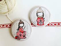 Odznaky/Brošne - Len ja a môj svet - vianočné odznaky  (dievčatko držiace darček) - 8751373_