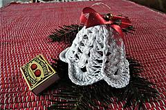 Dekorácie - Háčkované biele  zvončeky s červeno-zlatou stuhou - 8753723_