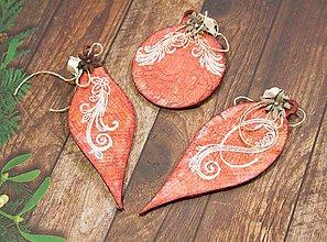 Dekorácie - Červené patinované vianočné ozdoby s ornamentom a kvetmi - 8756169_