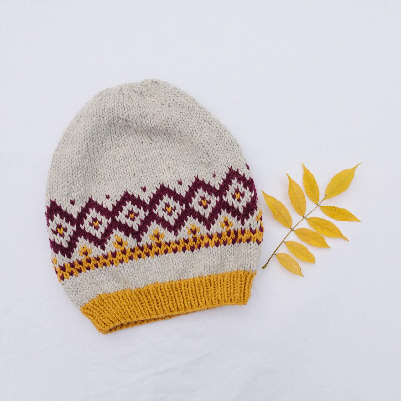 bledošedá čiapka s nórskym vzorom