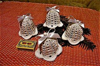 Dekorácie - Háčkované biele vianočné zvončeky - 8759670_