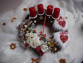Dekorácie - adventný veniec-červené sdriečka - 8762975_