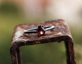 Prstene - Zásnubný prsteň strieborný s granátom - 8771400_