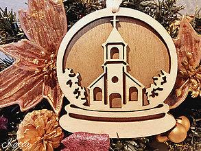 Dekorácie - Vianočná ozdoba drevená kostol zlaté pozadie - 8766875_