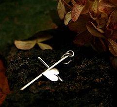 Náhrdelníky - Strieborný krížik pre romantické duše - 8770887_
