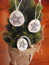 Dekorácie - Drevené ozdoby na stromček - bielo-sivé sada 3ks - 8772263_